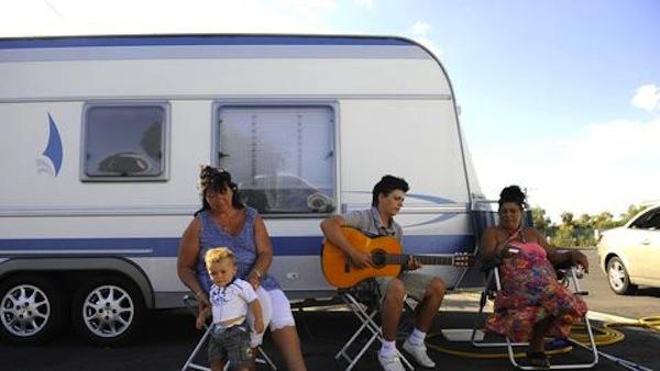 1588253166_des-gens-du-voyage-devant-leur-caravane-sur-terrain-au-cap-d-agde-le-23-juillet-2010_5354983.jpg
